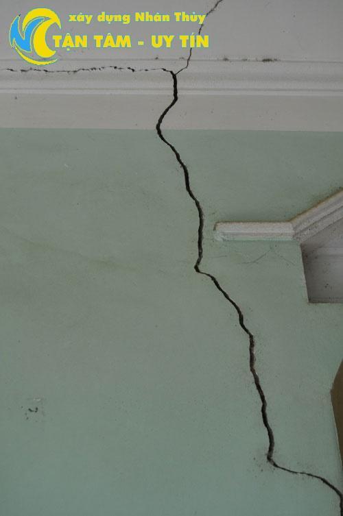 trần nhà bị nứt nghiệm trọng